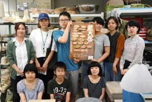 10月1日に開かれる最後の「窯大祭」へ来場を呼び掛ける学生たち=有田町の有田窯業大学校