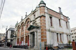 指定管理議案が否決された佐賀県重要文化財の旧唐津銀行。地階レストランは今年3月に撤退し、閉店したまま=唐津市本町