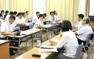 市町やJAの担当者が集まった7日の会議では、新規就農者の確保や育成をテーマに情報交換した=佐賀市の県教育会館