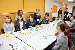 地図で自宅の場所を説明したり、和気あいあいと進む日本語教室=白石町の「元気のたまご」