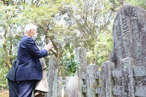 佐賀育英会100周年を前に鍋島家の墓所に参拝した関係者ら=佐賀市大和町の鍋島家春日墓所