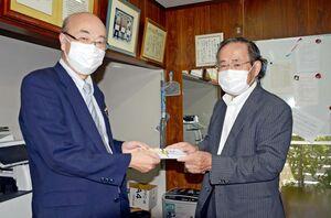 伊東勝之事務局長(右)に寄付金を贈呈する佐賀西LCの水﨑眞司会長=佐賀いのちの電話事務所