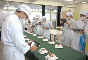 各自自慢のクリスマスケーキを並べる生徒たち(提供写真)