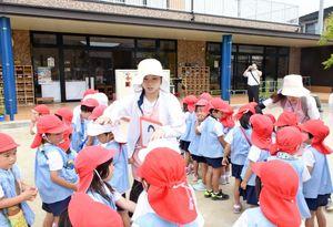 園庭に集合した園児たちの人数を確認する職員たち=唐津市山下町の唐津カトリック幼稚園
