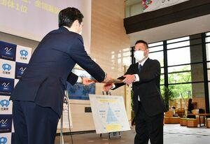 交付式で、山口祥義知事(左)から認定証を受け取るレスリングの小柴健二さん=佐賀市の佐賀県庁