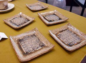 細かく印花紋を施した角皿=佐賀市の高伝寺前村岡屋ギャラリー