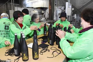 地酒「鎮西八郎」完成 奉仕団20人がラベル貼り
