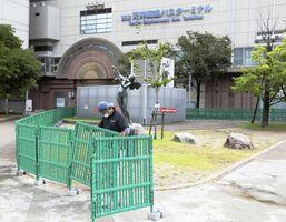 人が密集するのを避けるため、福岡市中心部の警固公園に設置される柵=1日午前