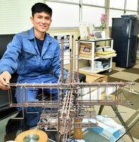 知事特別賞を受賞したヴォ・ヴァン・チェンさん。手前にあるのは、練習で造った6分の1の大きさの模型=小城市の大久保鉄筋工業