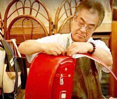 同店でランドセルを購入した人限定で6年間の無料メンテナンスサービスも実施しています。全体のワックス掛けや、ほつれの部分縫い、金具部分の油磨きなどで、他店で購入された分は有料で修理を引き受けています