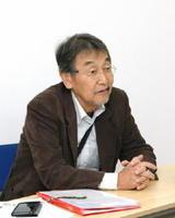 「子どもがほっとできる関係を築いてほしい」と呼び掛ける高垣忠一郎さん=佐賀市のKTC中央高等学院