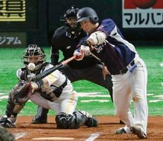 6回西武2死三塁、岡田が中前に勝ち越し打を放つ。捕手甲斐=ヤフオクドーム