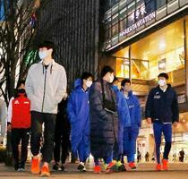 JR博多駅前をマスク姿で行き交う人たち=26日午後