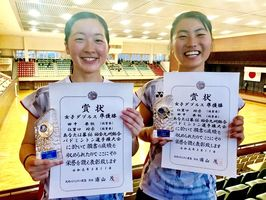 女子ダブルスで2位に入った多久高の田中果帆(左)・江里口玲奈組=宮崎県総合体育館