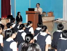 リ・ストライサンドさんの講話を興味深げに聞く生徒たち