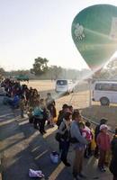 行列をつくってバルーン係留飛行の順番を待つ家族連れ=熊本県益城町の広安西小学校