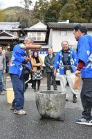 保存会設立20年を記念して実施された餅つき。右から2人目は代表の西野さん=嬉野市塩田町