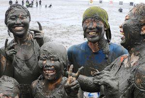 競技を終えて満足げな参加者。真っ黒になった顔から白い歯がこぼれた