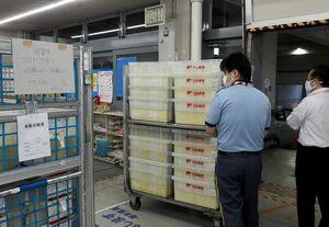 65~74歳の接種券、約3万3千通の発送作業が行われた=佐賀市の佐賀中央郵便局