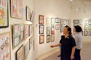 生徒たちの力作約600点が並ぶ絵手紙「星の会」展=佐賀市天神の佐賀新聞ギャラリー