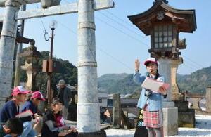 磁器製の鳥居などを紹介する有田まちなか案内ジュニア隊のメンバー=有田町の陶山神社
