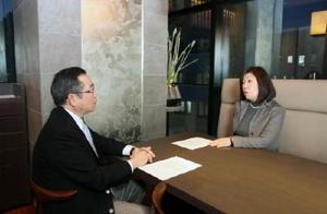 中尾清一郎佐賀新聞社長(左)のインタビューに答える作家の林真理子さん=東京都内