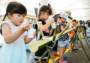 流しそうめんを楽しむ子どもたち=佐賀市の赤松公民館