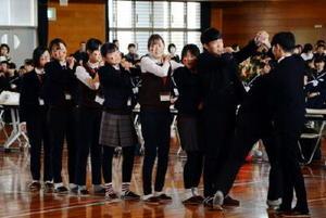 韓国霊岩郡の伝統舞踊を披露した朗州中の生徒たち=神埼中学校