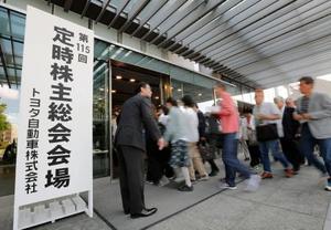 トヨタ自動車の定時株主総会会場に入る株主ら=13日午前、愛知県豊田市の本社