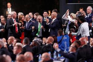2026年サッカーW杯の開催地に決まり、喜ぶ米国、カナダ、メキシコの招致関係者ら=13日、モスクワ(ロイター=共同)