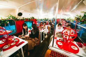 「いちごさんバス」でいちごさんをふんだんに使ったスイーツを楽しむ乗客たち=東京都内(佐賀県提供)