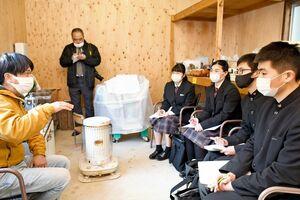 分校跡のカフェや茶畑を活用した事業を行う中林正太さん(左)に話を聞く生徒たち=嬉野市嬉野町吉田