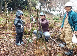鎮守の森を再生しようと植樹をする地域住民=伊万里市二里町大里の神原八幡宮周辺