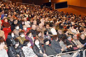 上映開始を待つ人々でいっぱいの映画『花筐』の先行上映会場=16日、浜玉町ひれふりランド