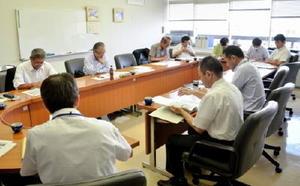 農地を維持管理する住民組織が構成員の合意形成を経ずに交付金を受給していた問題で、上峰町執行部(右手前)から説明を受ける町議ら=上峰町役場
