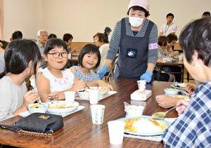 本年度の市民活動支援補助事業に選ばれた「あさひキッチン実行委員会」が開いた地域食堂=昨年9月、鳥栖市の旭まちづくり推進センター