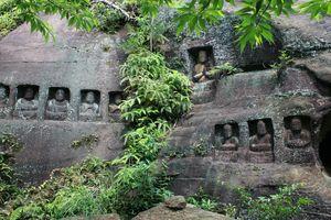 岩壁に刻まれた石仏群=唐津市相知町