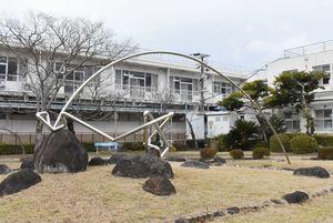 伊万里松浦病院の中庭にある舟一朝さん制作のオブジェ=伊万里市山代町