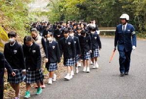 津波を想定した訓練で、学校近くの高台へ避難する玄海みらい学園の児童、生徒たち=玄海町