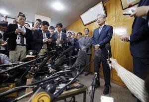 6月の任期満了で退任を表明した理事会後、報道陣の取材に応じるJOCの竹田恒和会長=19日午後、東京都渋谷区