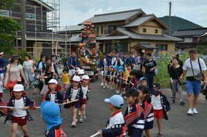 徳須恵祇園祭で「子ども山笠」を曳く子どもたち=唐津市北波多徳須恵
