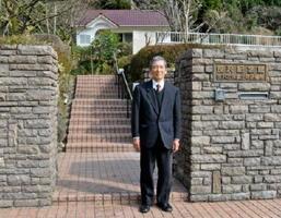 定期公開を始めた笹沢左保記念館と、島ノ江修治館長=佐賀市富士町小副川