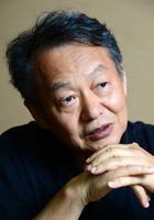 インタビューに答える加藤典洋さん=2014年8月、東京都新宿区の新潮社