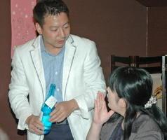 2014年の日本酒女子会で参加者の質問に答える七田社長=佐賀市の旬の蔵パセリ