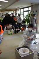避難所運営訓練では、自動ラップトイレの組み立て方や使用方法の説明もあった=大町町の総合福祉センター