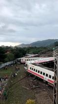 台湾北東部で特急脱線22人死亡