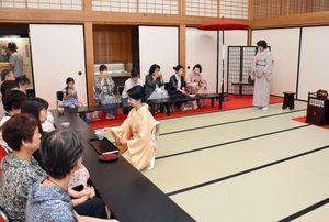 振る舞われたお茶を楽しむ茶会の参加者たち=佐賀市の佐賀城本丸歴史館