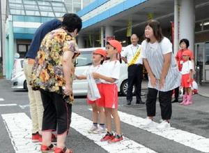 グッズやチラシを手渡し、交通安全PRのお手伝いをした、ちよだ保育園の園児たち=神埼市千代田町のショッピングセンター
