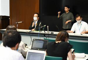新たに確認した感染者について説明した井田政和健康増進課長(奥左)=6日夕、佐賀県庁