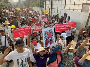 8日、ミャンマー第2の都市マンダレーの主要道路で抗議する人々(AP=共同)